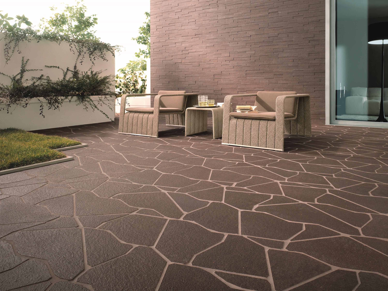 Một loại chất liệu khác có thể đảm bảo độ bền trong cuộc chiến với thời tiết chính là đá thô tự nhiên.