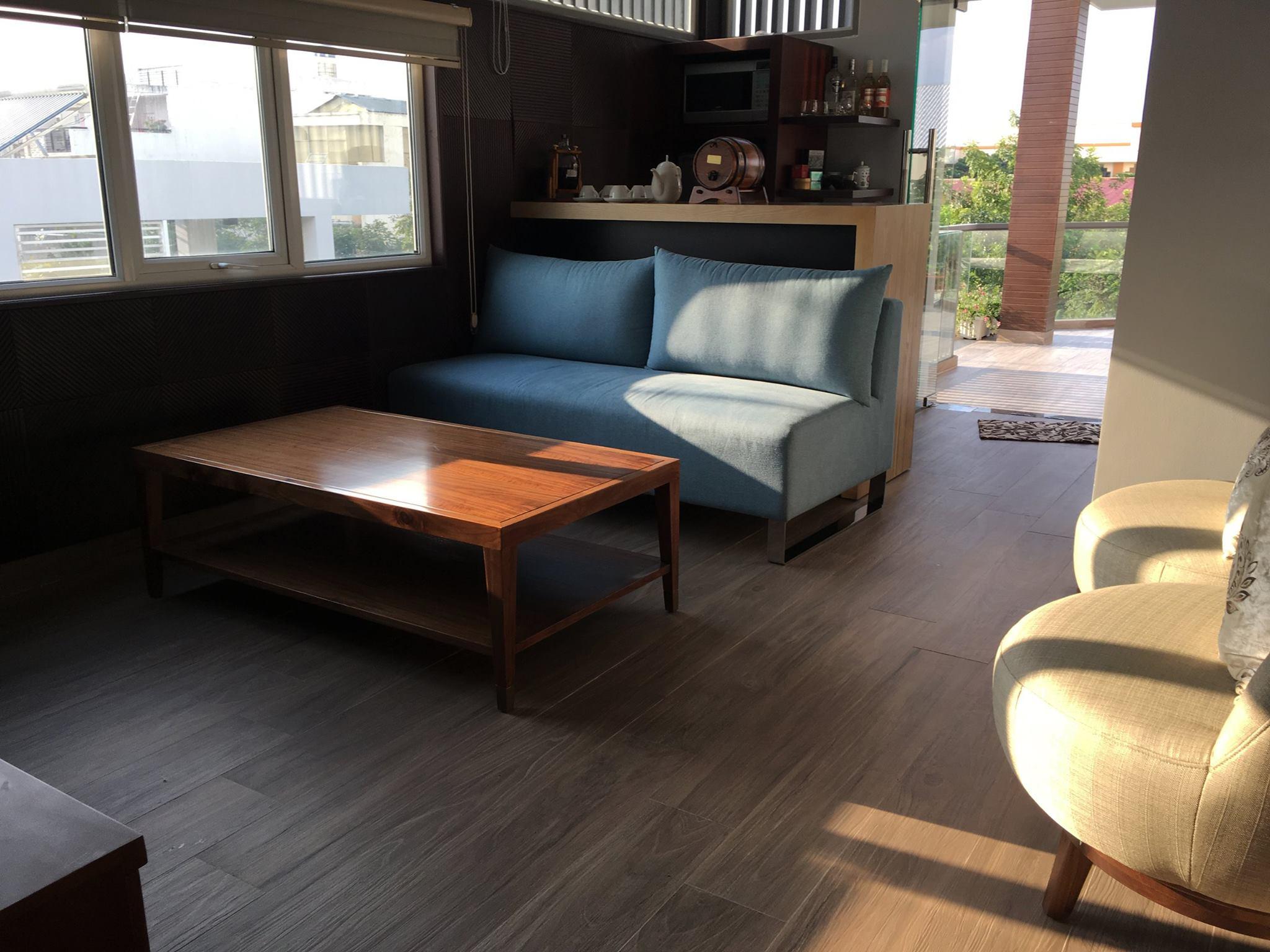 Nếu bạn là một người hoài cổ và yêu thích những gì truyền thống, mặt sàn gỗ là lựa chọn hàng đầu.