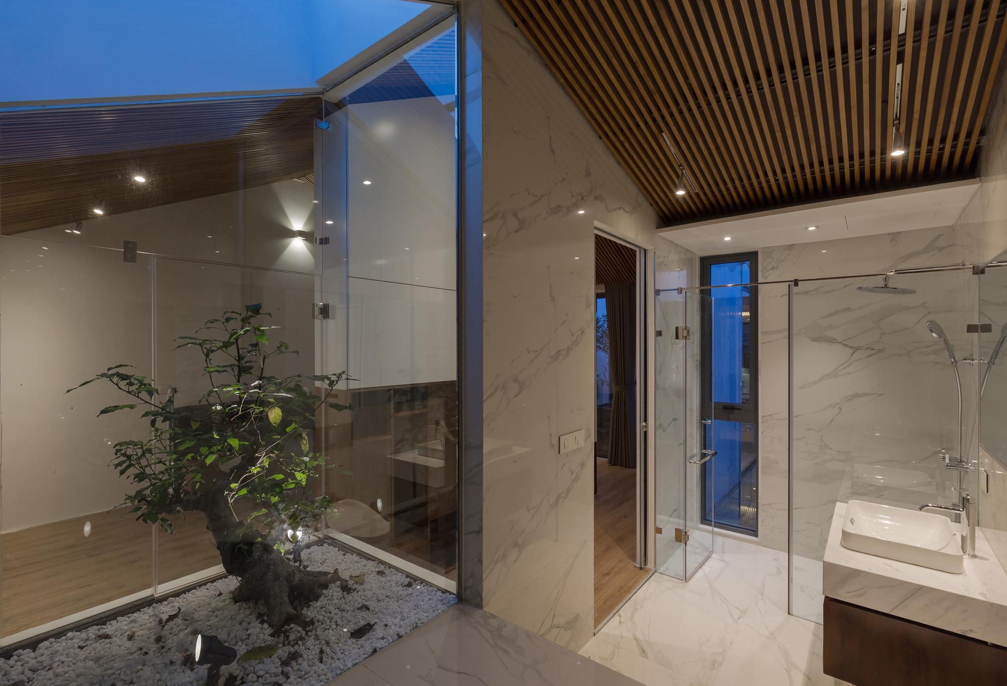 Những phòng tắm diện tích lớn, thiết kế hiện đại tuyệt đối không nên bỏ qua gạch màu trắng bóng có họa tiết vân đá tự nhiên.
