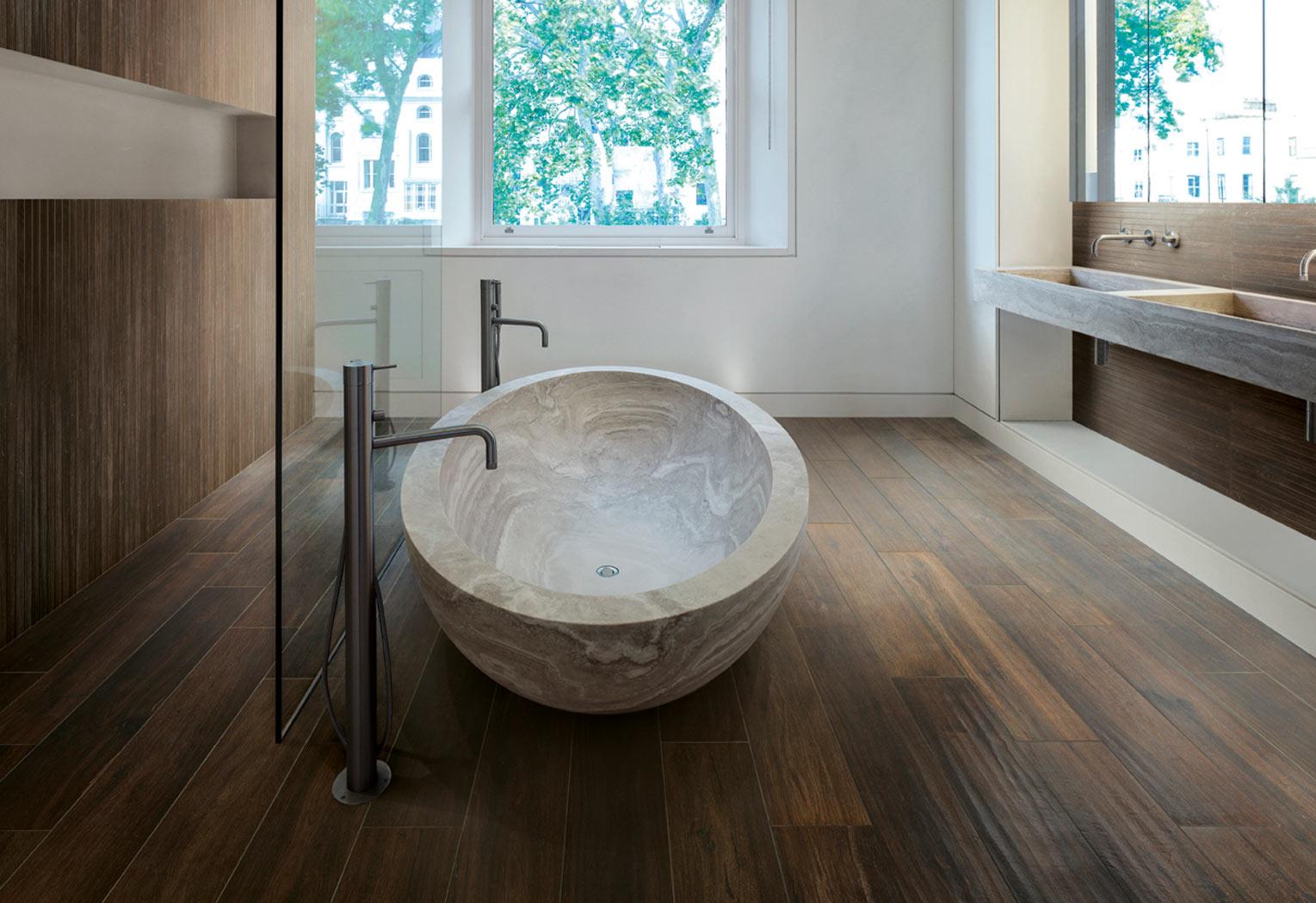 Với một diện tích phòng tắm nhỏ hơn và kinh phí tiết kiệm, sàn gỗ là vật liệu nên được cân nhắc.