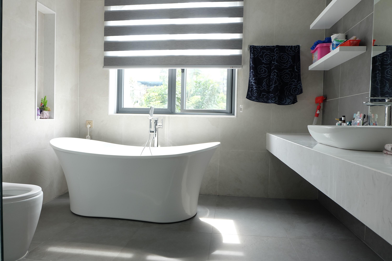 Gạch men xám trung tính hiện nay vẫn là lựa chọn phổ biến nhất ở các thành phố lớn nhờ nhiều ưu điểm như sạch sẽ, dễ lau chùi, phối màu dễ dàng
