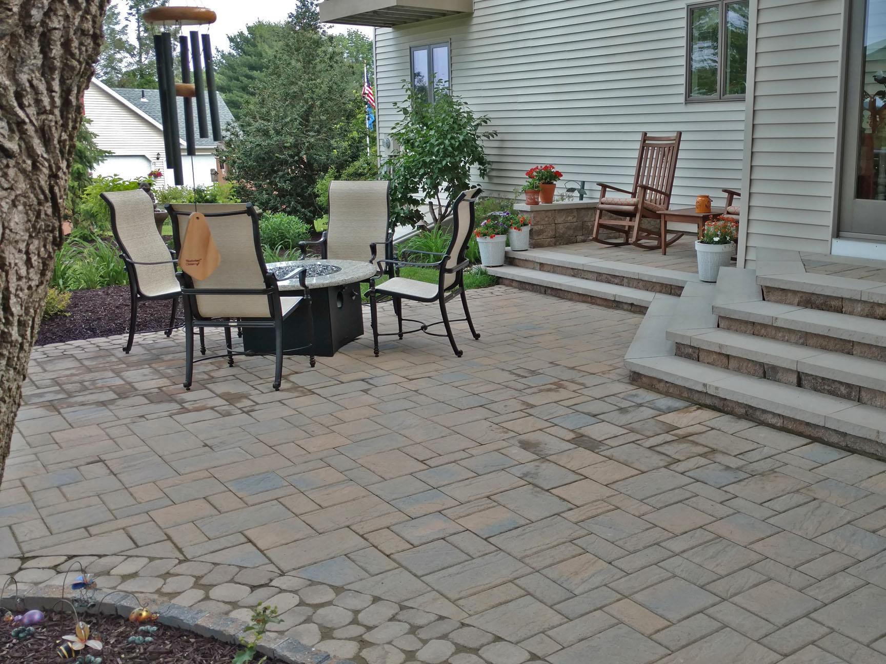 việc lựa chọn đá bo góc cho lối vào nhà giúp làm giảm đi nét cứng nhắc của thiết kế.