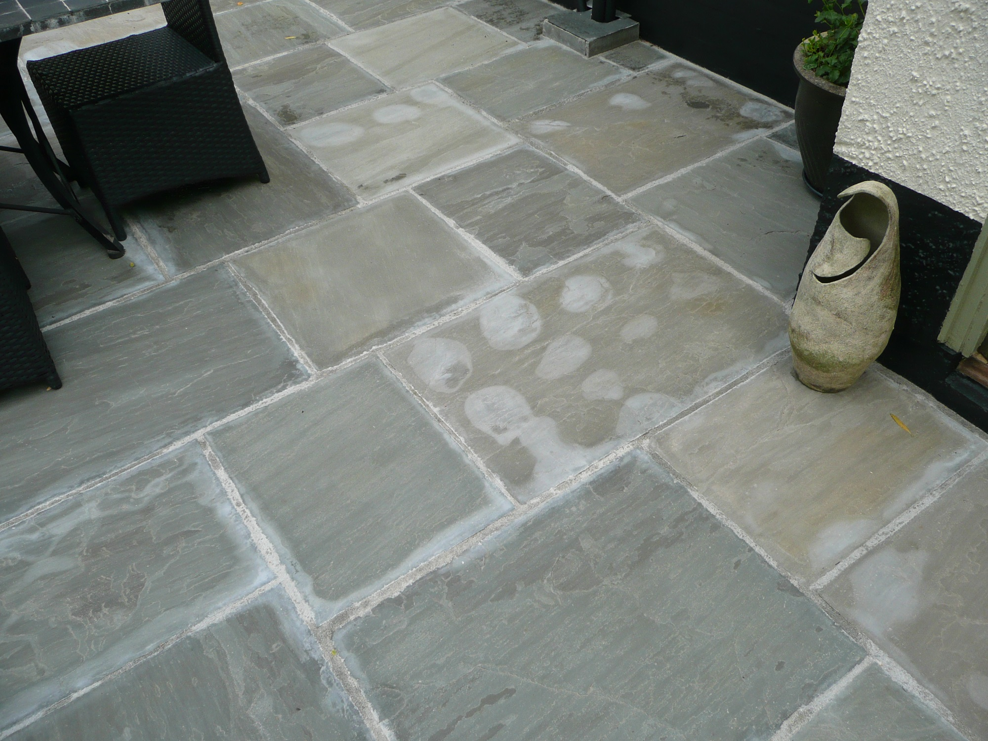 Sàn đá vôi sở hữu ưu điểm không trơn trượt và khó bị rỗ, phù hợp cho các khu vực ngoài trời.k Kết hợp đá vôi với sắc thái khác nhau giúp tạo điểm nhấn cho hiên nhà