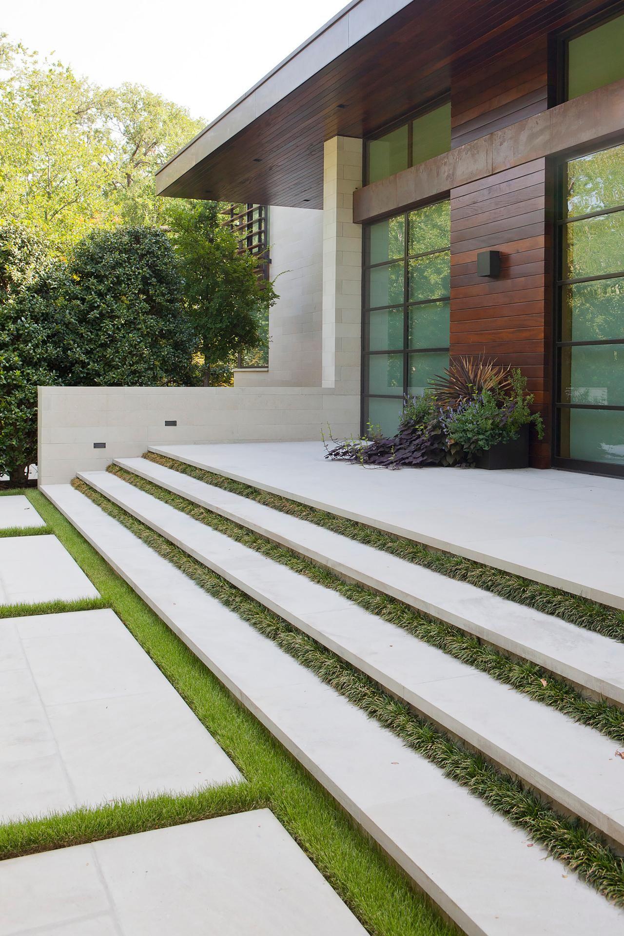 các khối bê tông được xây dọc theo độ nghiêng của lối vào nhà, tạo thành một cầu thang bằng bê tông khác biệt mà vẫn duy trì được vẻ đẹp hiện đại