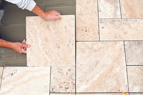 Lót sàn bằng gạch đá cẩm thạch marble giúp tăng thêm vẻ đẹp và sự trang nhã cho phòng tắm hoặc tiền sảnh