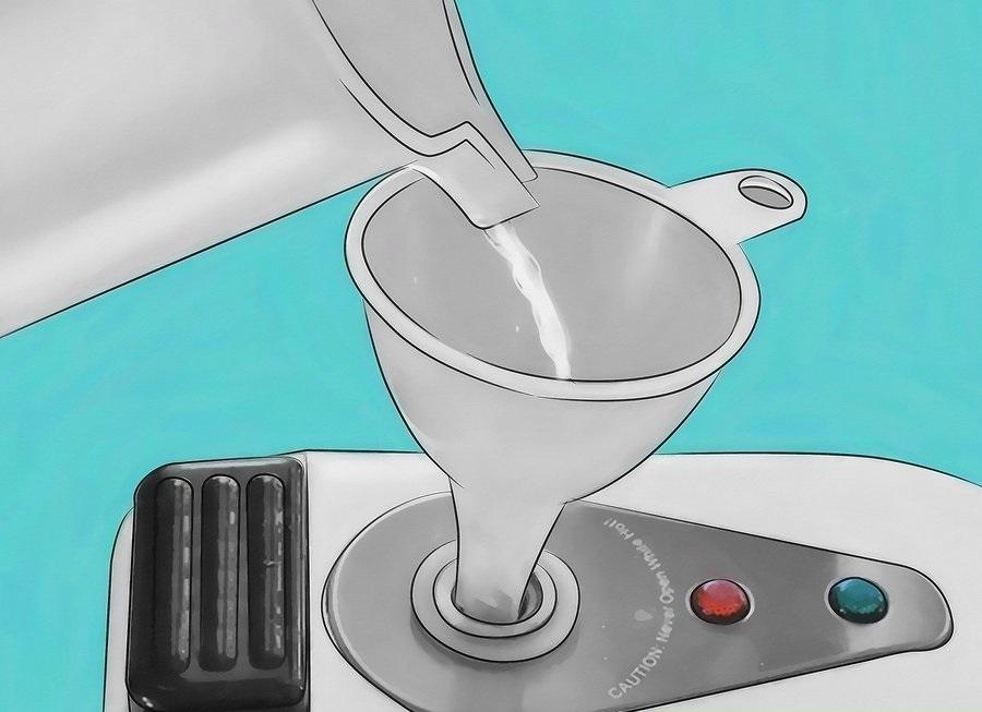 Đổ nước sạch vào bình chứa vừa đủ theo hướng dẫn sử dụng