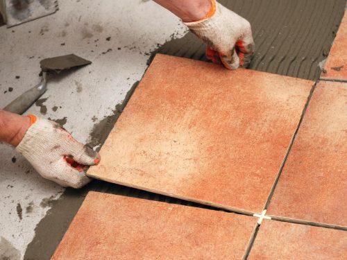 Tự lát gạch nền cũng giúp bạn tiết kiệm rất nhiều chi phí và cũng là kinh nghiệm bổ ích. Với việc lên kế hoạch và chuẩn bị đầy đủ, việc này hoàn toàn có thể làm được.