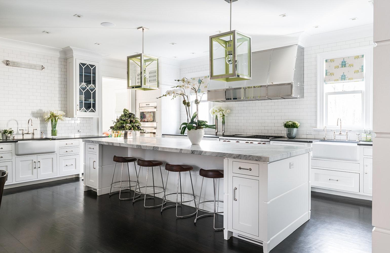 gạch ốp đảo bếp màu trắng sẽ tạo cảm giác bừng sáng và toát lên vẻ đẹp tinh khôi
