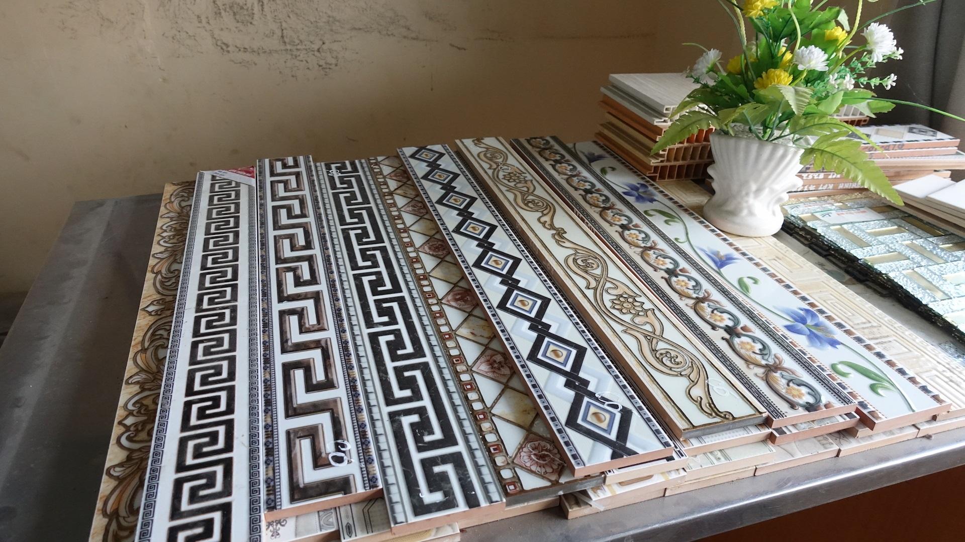 Gạch viền lát kết hợp tạo thành những tấm thảm trang trí nền nhà làm phong phú thêm nền gạch
