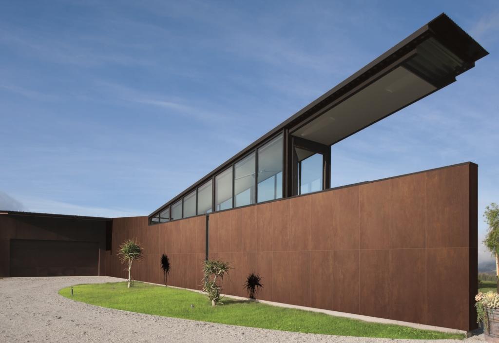Gạch ốp lát vân kim loại Trace sẽ mang đến một bề mặt đặc sắc, tạo ấn tượng rằng không gian của bạn là một phần của một công trình lớn hơn nhiều hoặc thậm chí là một tượng đài.